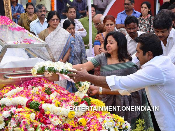 Sarathkumar, Radhika Pay Last Respect To ANR