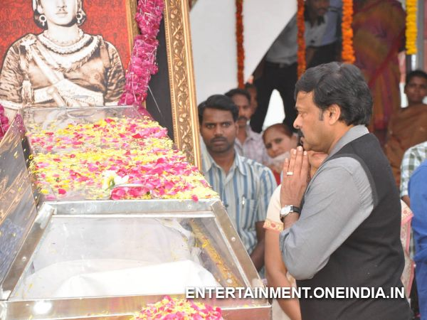 Chiranjeevi Paying Tribute To ANR