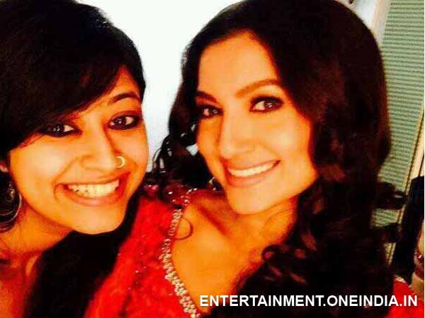 Gauhar Khan Backstage With Friend At Mirchi 20