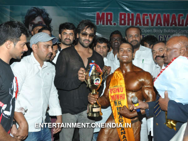 Vishnu Manchu Giving Away Title Award