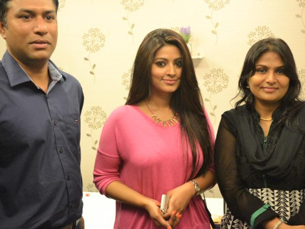 Pics sneha launches tony guy salon filmibeat for Salon tony and guy