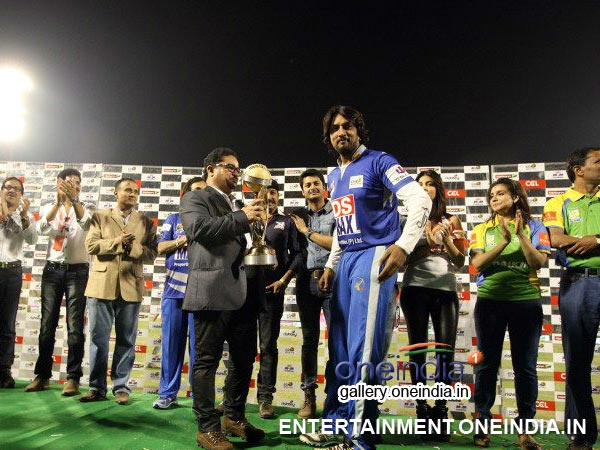 Sudeep Taking CCL 4 Cup