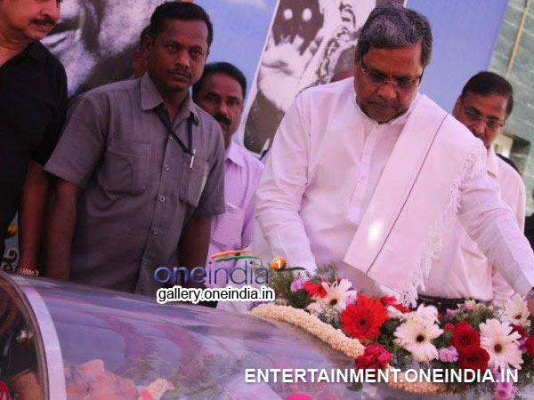 Siddaramaiah Paying His Last Respect