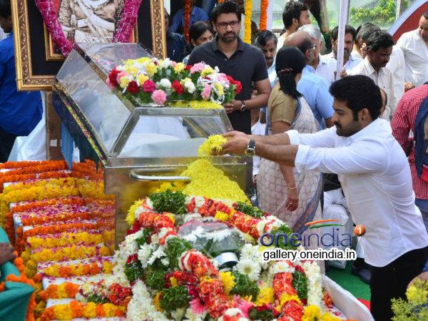 NTR Paying Last Respect To ANR