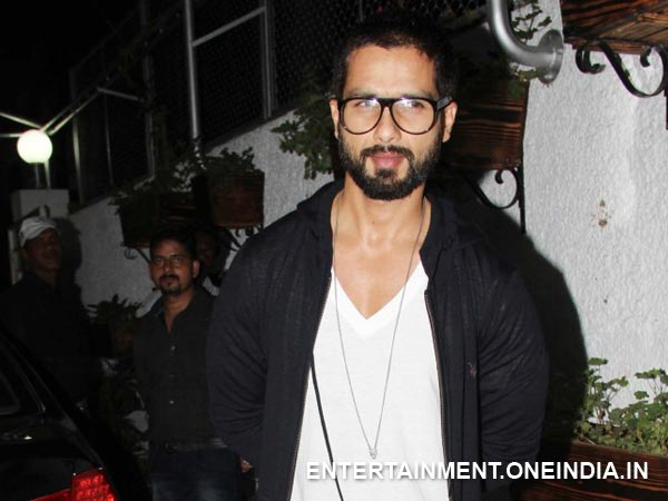 Photo: Shahid Kapoor Posing For Camera At Inam (Ceylon) Special Screening