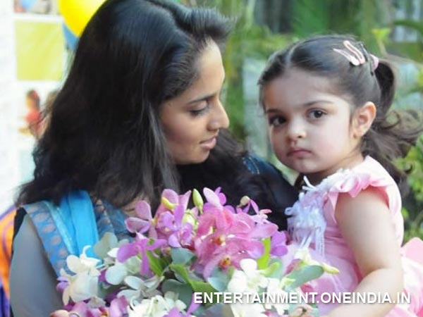 Rare And Unseen Picture Of Shalini With Anoushka – Photo 18