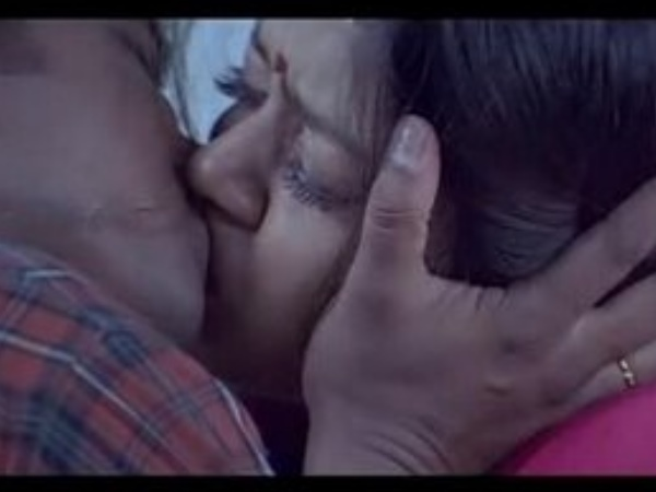 Photo: Vijay Kisses Jyothika In Kushi