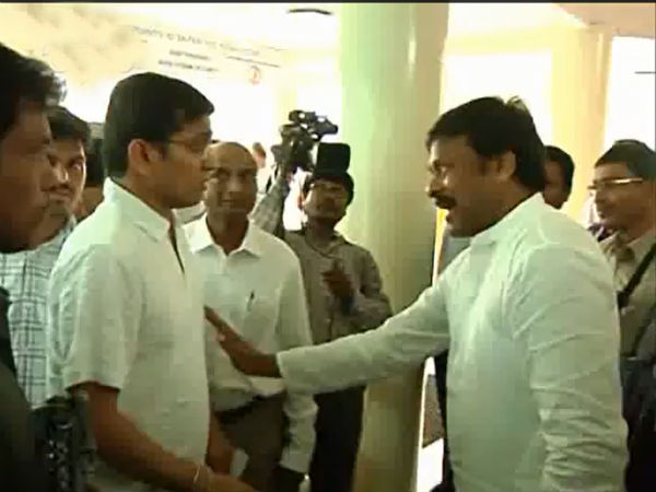 Chiranjeevi Having Argument With Voter At Polling Booth