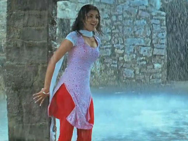 Wet Kajal Aggarwal's Hot Expression In Rain Song