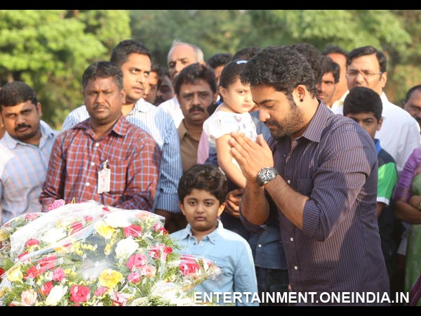 Junior NTR Offering Prayers To Late NT Rama Rao