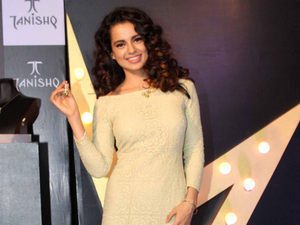 Kangna Showing A Jewellery Piece