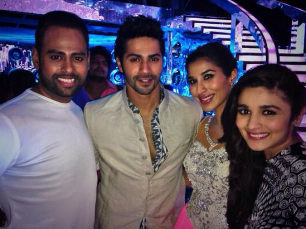 Varun-Alia With Contestants