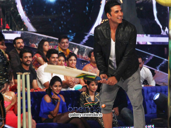 Akshay Plays Cricket On Jhalak