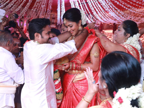 Vijay Ties The Knot With Amala Paul.