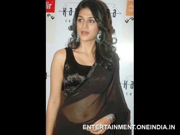 Wearing saree below navel discussion
