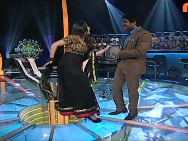 Charmi Shakes Legs With Nagarjuna On MEK