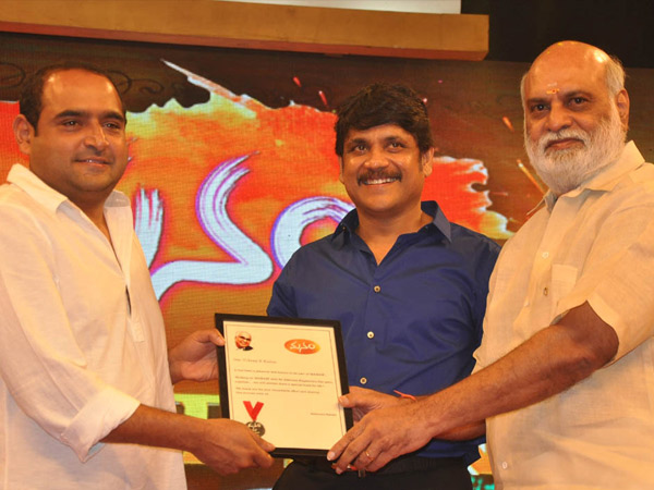 Raghavendra Rao Gives Away Manam Memento To Virkam Kumar