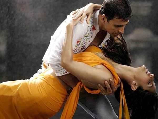 Twinkle Khanna And Akshay Kumar Kiss