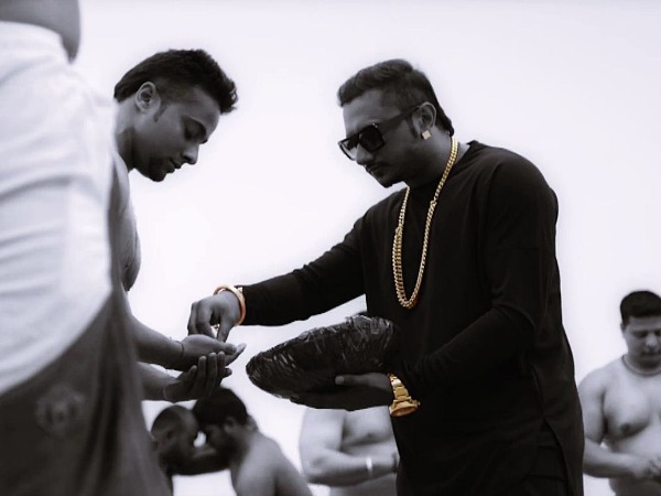 Yo Yo Honey SIngh Gifted 24 Carrot Gold Chains For India's Raw Star Candidates