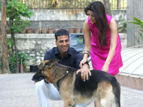 Akshay Kumar With His Wife And Dog