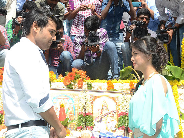 Naveen, Heroine Pose For First Shot