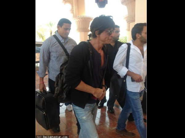 Shahrukh Khan Being Received At Dubai