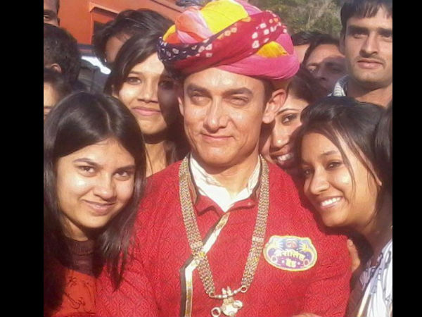 Aamir With His Fans