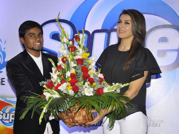 Hansika Motwani Presented A Bouquet