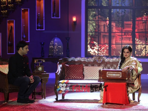 Rekha Plays Harmonium On Comedy Nights With Kapil!