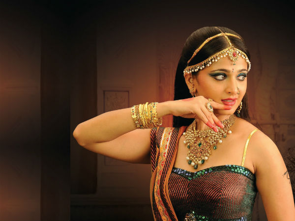 Anushka Shetty's Traditional Look In Nagavalli