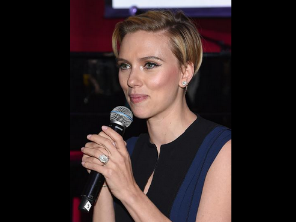 Scarlett Johansson Flashes Ring, Got Married Secretly?