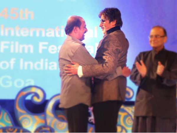 Rajinikanth Touches Amitabh Bachchan's Feet, Gets Emotional At IFFI