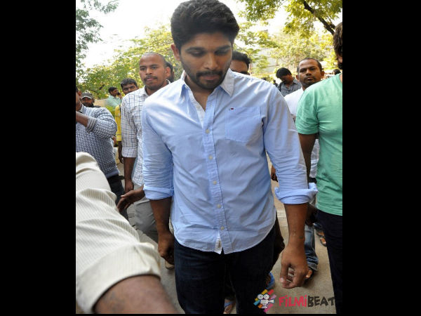 In Pics: Stylish Star Allu Arjun Expressing His Condolence