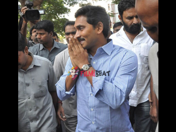 In Pics: Y S Jaganmohan Reddy Expressing His Condolence