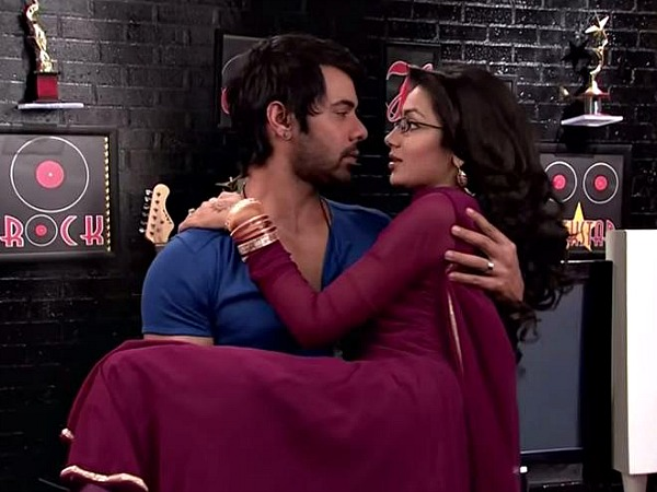 Kumkum Bhagya: Abhi Introduces Pragya As His Ladylove!