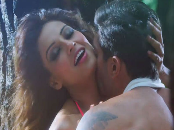 Bipasha Basu Hot Kissing Scene