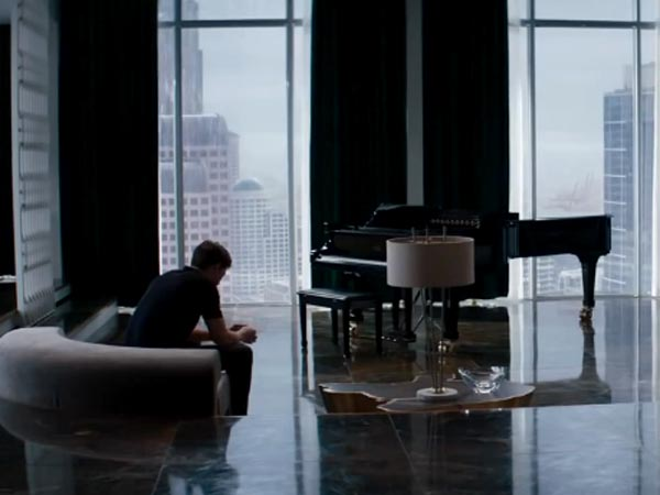 Christian grey apartment fifty shades of grey scenes fifty shades of grey apartment filmibeat for Mr big live from the living room