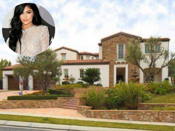 At The Age Of 17, Kylie Jenner Buys A $2.7M Mansion!