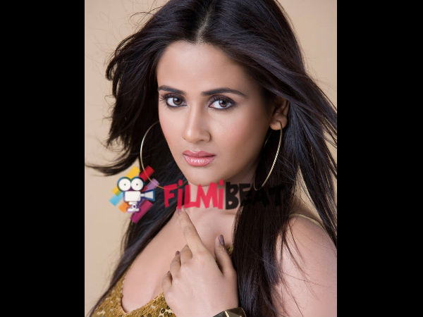 Parul Yadav Escapes From An Fatal Accident!