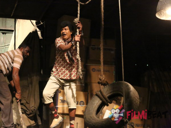 Vadivelu Performing A Stunt