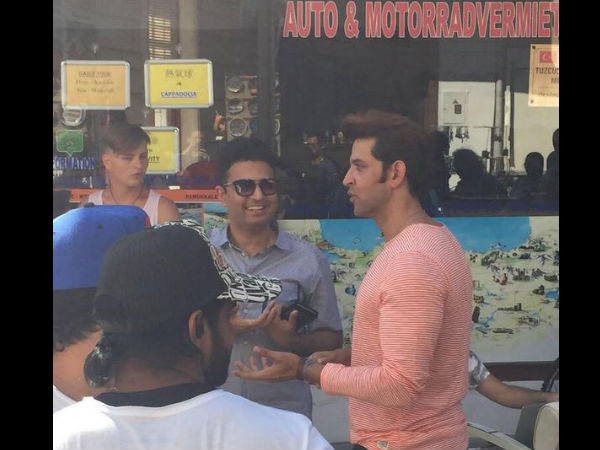 Hrithik Roshan Surrounded With Fans