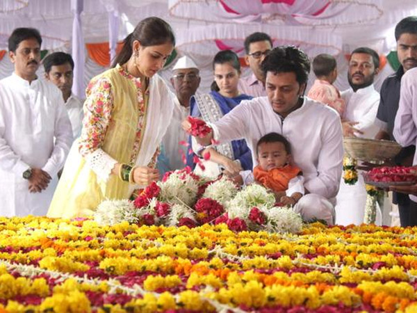 Paying Respect To Vilasrao Deshmukh