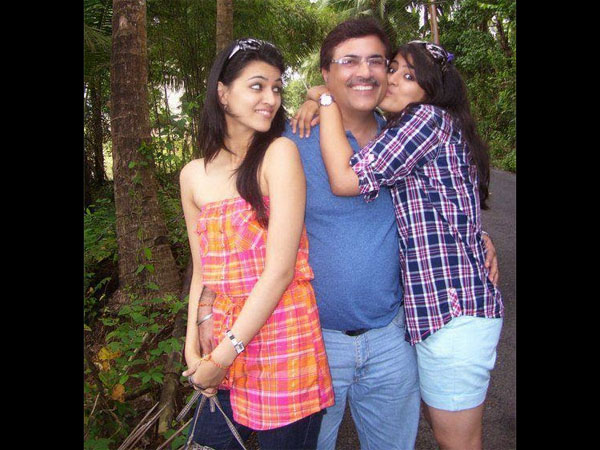 Kriti Sanon With Her Dad And Sis