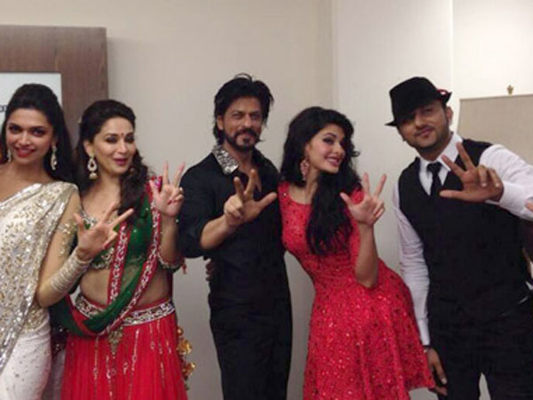 Jacqueline's Cute Pose With SRK