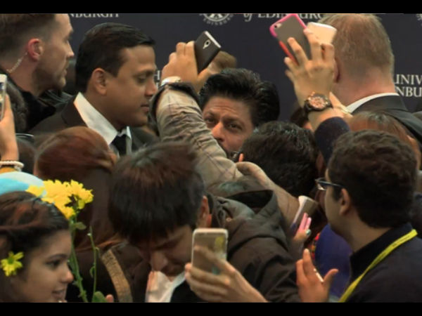 SRK Surrounded With His Fans