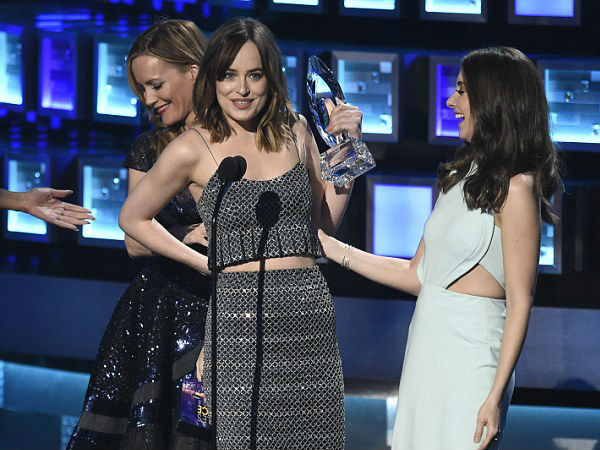 OMG! Dakota Johnson's Dress Breaks On The People's Choice Awards Stage!