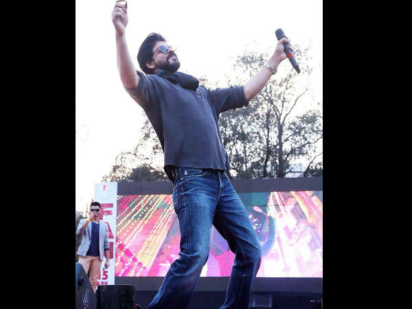 SRK Dances With Fans At Hansraj College