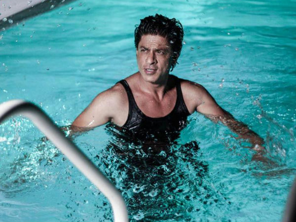 Shahrukh Khan 39 S Fan Jumps Inside Shahrukh Khan 39 S Swimming Pool Takes A Bath Filmibeat