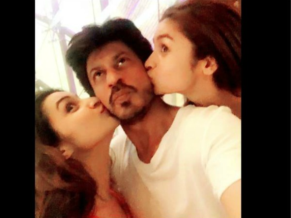 Photo Alert! Parineeti Chopra & Alia Bhatt Just Kissed Shahrukh Khan, When AbRam Was Asleep!