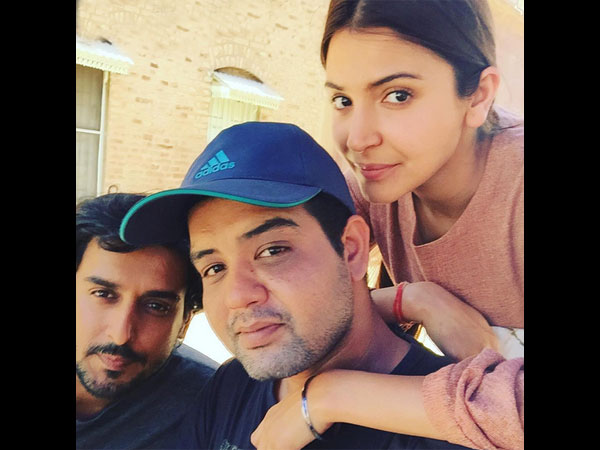 anushka-sharma-spotted-without-makeup-on-phillauri-sets-pictures